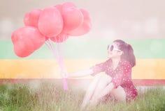 La muchacha con el corazón hincha serie Imagenes de archivo
