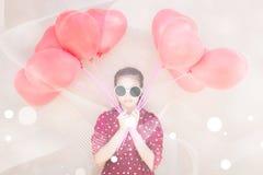 La muchacha con el corazón hincha serie fotografía de archivo libre de regalías