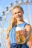 La muchacha con el dirndl hace el wiesn más oktoberfest en munic foto de archivo