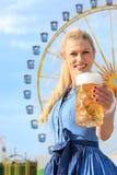La muchacha con el dirndl hace el wiesn más oktoberfest en munic imagen de archivo libre de regalías