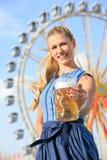 La muchacha con el dirndl hace el wiesn más oktoberfest en munic fotografía de archivo