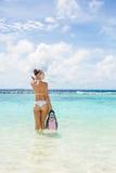 La muchacha con el equipo para el buceo con escafandra Imagen de archivo libre de regalías