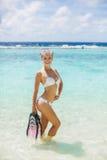 La muchacha con el equipo para el buceo con escafandra Imágenes de archivo libres de regalías