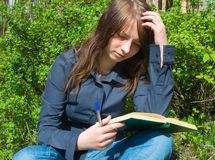 La muchacha con el libro Foto de archivo libre de regalías