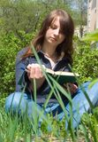 La muchacha con el libro fotografía de archivo libre de regalías