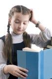 La muchacha con el libro piensa Foto de archivo