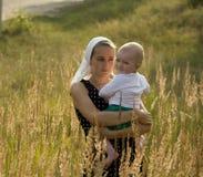 La muchacha con el niño Fotografía de archivo