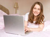 La muchacha con el ordenador Fotografía de archivo