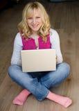La muchacha con el ordenador Imágenes de archivo libres de regalías