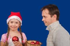 La muchacha con el padre celebra los juguetes del Año Nuevo disponible y sonrisa Foto de archivo