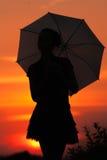 La muchacha con el paraguas imagen de archivo libre de regalías