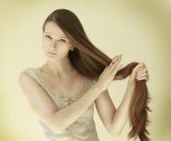La muchacha con el pelo largo imagen de archivo