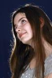 La muchacha con el pelo largo mira para arriba Imagenes de archivo