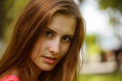 La muchacha con el pelo mullido Imagenes de archivo