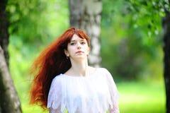 La muchacha con el pelo rojo largo Fotos de archivo libres de regalías