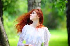La muchacha con el pelo rojo largo Imagenes de archivo