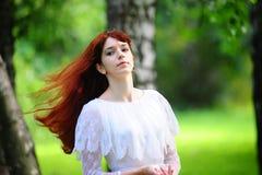 La muchacha con el pelo rojo largo Imagen de archivo