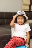 La muchacha con el sombrero colorido Fotos de archivo