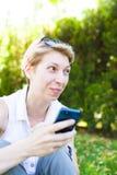 La muchacha con el teléfono Foto de archivo