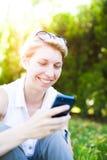 La muchacha con el teléfono Fotografía de archivo libre de regalías