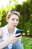 La muchacha con el teléfono Imagen de archivo libre de regalías