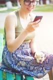 La muchacha con el teléfono Fotografía de archivo
