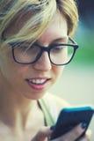 La muchacha con el teléfono Imagenes de archivo