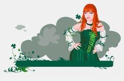 La muchacha con el trébol de las cuatro-hojas Imagen de archivo libre de regalías
