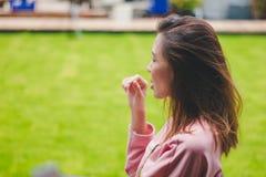 La muchacha con el viento que sopla su pelo fotografía de archivo