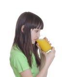 La muchacha con el zumo de naranja Imágenes de archivo libres de regalías