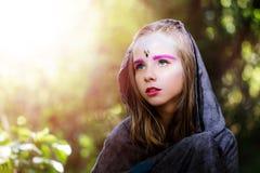 La muchacha con fantasía compone en bosque imagen de archivo