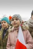 La muchacha con la bandera del día de conmemoración Blanco-rojo, nacional Fotos de archivo