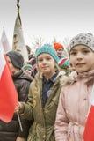 La muchacha con la bandera del día de conmemoración Blanco-rojo, nacional Imagenes de archivo