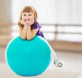 La muchacha con la bola para la aptitud Imagen de archivo libre de regalías