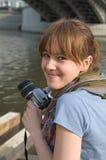 La muchacha con la cámara fotos de archivo