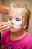 La muchacha con la cara pintó Fotos de archivo