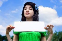 La muchacha con la cartelera imágenes de archivo libres de regalías