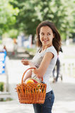 La muchacha con la cesta Imagen de archivo libre de regalías