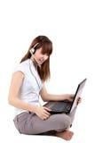 La muchacha con la computadora portátil Foto de archivo