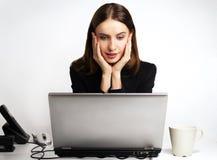 La muchacha con la computadora portátil imagenes de archivo