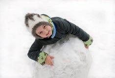 La muchacha con la esfera grande de la nieve Imagenes de archivo
