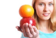 La muchacha con la fruta Foto de archivo libre de regalías