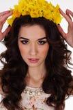 La muchacha con la guirnalda del narciso florece en la cabeza Imagenes de archivo