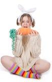 La muchacha con la zanahoria Imagenes de archivo
