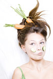 La muchacha con la zanahoria adentro oye Fotografía de archivo