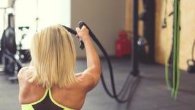 La muchacha con las cuerdas en el gimnasio metrajes