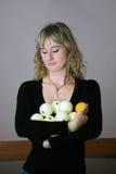 La muchacha con las esferas del billar Imágenes de archivo libres de regalías
