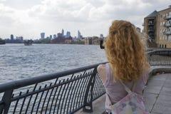 La muchacha con las imágenes rojas del pelo del Támesis y Londres llaman por teléfono fotografía de archivo