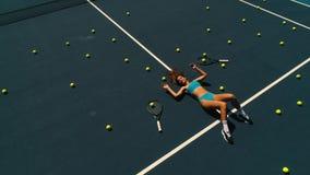 La muchacha con las pelotas de tenis miente en la corte almacen de metraje de vídeo