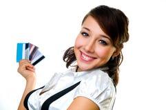 La muchacha con las tarjetas de crédito Foto de archivo